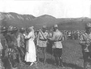 Regina Maria pe front decorând soldaţii